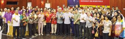 阿兹兰(太前排左9)以及出席的玻璃州华团表示合影。