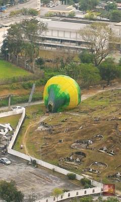 另一个黄绿色热气球降落在天德园邱公司墓地后,其团队就收拾热气球,并把它载回马球场。