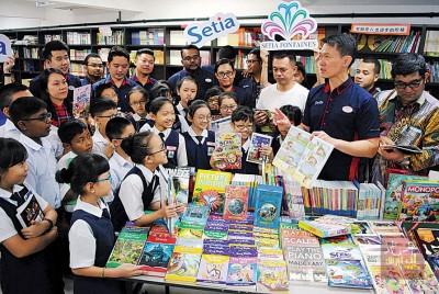 杨征睿(右2)与学生们分享新书籍的要点,吸引学生专心聆听。