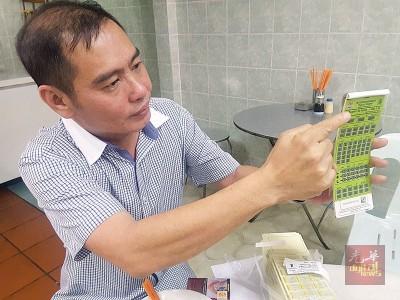 刘耀辉向媒体出示停车固本上印着直至2019年的使用年份。