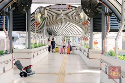 八爪鱼天桥安装了11台闭路电视,提升行人天桥治安。