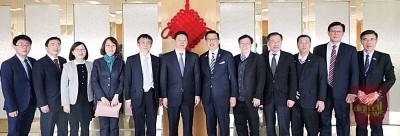 廖中莱(左7)率领代表团拜会宋涛 (左6),合照留念。左8起是何国忠、关炳顺、蔡宝镪、林清海及林钊盈。