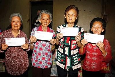 刘巧茶(左起)、陈秀红、黄宝珠和刘秀鸾终于申请到蓝色身份证。