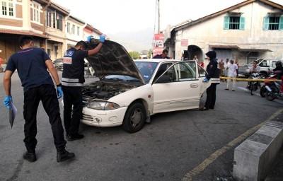 警方截停一辆停放在该店附近的轿车。(马新社图片)