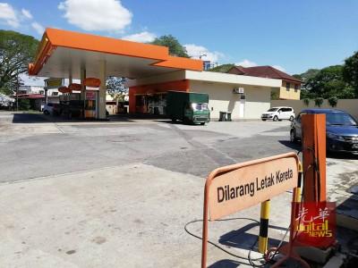 华人少妇到油站为车子轮胎充气时,车子被偷车贼抢走。
