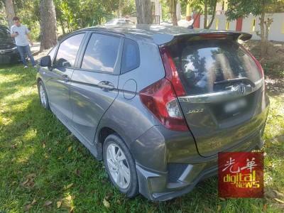 为抢走的灰色本田Jazz轿车,每当吉北日得拉双溪古洛路旁被发现时车子引擎仍启动着。