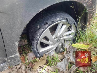 提到案者相信是因为车子爆胎被逼弃车而逃。