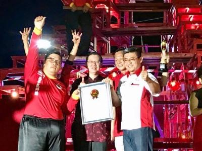 大马纪录大全运营总监黄枫伟(右)颁发荣誉证书予冯家俊师傅(左),林冠英及工委会主席杨筌贵见证。