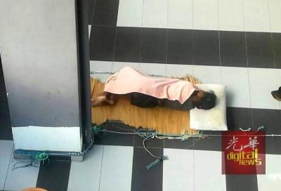 女佣长期睡在停车处,仅以躺在简单的草席和薄被御寒。