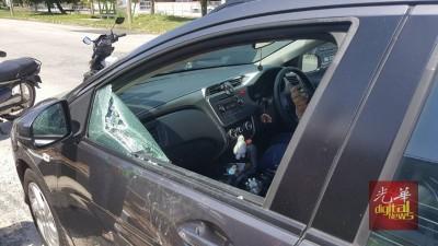 事主车镜被匪徒敲破,放置在副驾驶座的手提袋遭匪徒抢走。