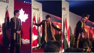 杜鲁多穿上黑色民族服饰、颈上配搭一条金黄色围巾进场,热情地跳起印度民族舞。
