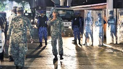 马尔代夫军方在路上巡逻。