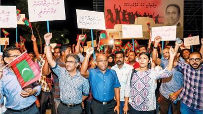 反对派支持者上街示威。