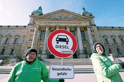 来环保团体为法院外示威,盼德国政府能禁止柴油汽车。
