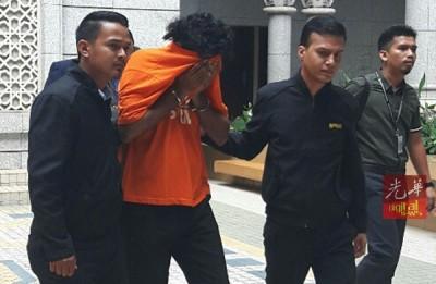 嫌犯由反贪会官员扣押到推事庭申请延长扣留令时,纷纷低头以衣服遮脸。