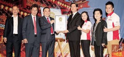 雪隆海南会馆再次获得大马纪录大全荣誉,由王乃志(左4)见证。左起为陈玉良、黄良友、丁才荣、李佩玲、陈孟龄和黄程运。