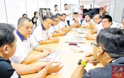 陈德钦(左2)引导槟马华同仁与本报交流,左为本报副总编辑张易雄和符合总编辑林松荣(右)。
