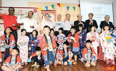"""""""日本数学班""""推介礼。左起为雷尔、蓝卡巴星、林冠英、洪来新、系井清、宗孝义、笠谷泰司和小野司寿男。"""