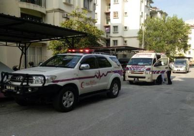 鉴证组警员到场调查,医务人员受召将男婴载往医院。