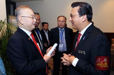 廖中莱(右)在2018年中马中小企业合作对接会后,与魏家祥就槟州海底隧道课题进行讨论。