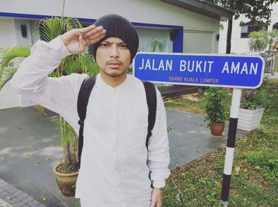 黄明志周四于脸书上传他当举国上下警察总部建筑物外,一个武吉阿曼路路牌的像。