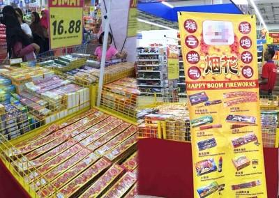 (左图)网上流传马来西亚特易购霸级市场公然售卖鞭炮,引起热议。(图取自网络)(右图)网上流传的照片,鞭炮摊位竖起垂直幅,吸引目光。(图取自网络)