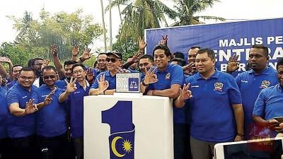 凯里(右3起)、沙希淡、蔡天喜及等人,一起做出3手势,以示在第14届大选赢取三分二议席。
