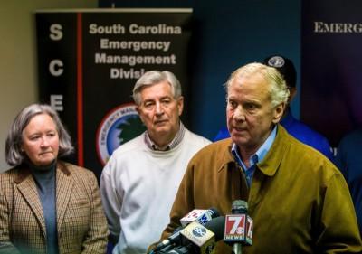 南卡州州长麦克马斯特(右)讲述情况。