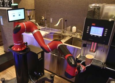机器人能使用机器制作热巧克力等饮品。