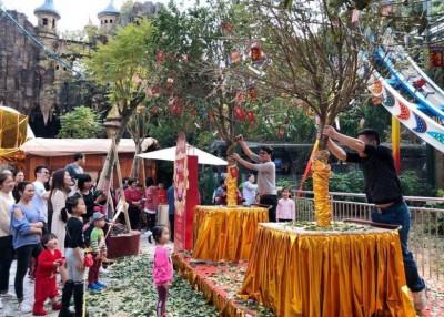 佛山长鹿旅游休博园在园区布置3株摇钱树,供游客摇树求财祈福。