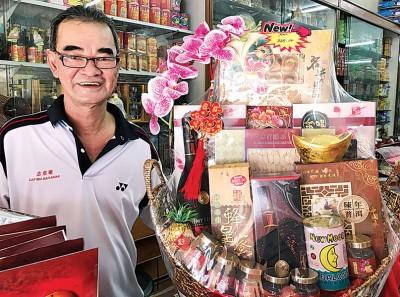 郑万利出示店里所售卖的保健礼篮。
