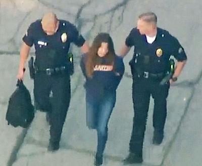 涉案女生被锁上手铐押离学校。