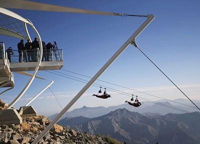 滑行飞索让参加者从高空欣赏山峰及沙漠环境。