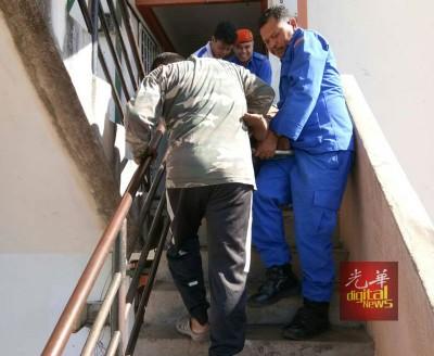民防局队员从4楼高组屋,将90公斤体重少女扶移至底楼。