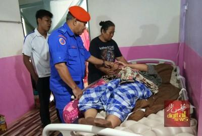 瘫痪少女准备被送入苏丹阿都哈林医院接受治疗。