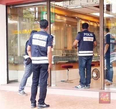 警方人员在金店内展开调查。