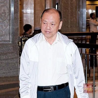 被告刘志华独自上法庭。