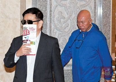 被告陈伟良(左)和吴宝荣(右)出庭听判。