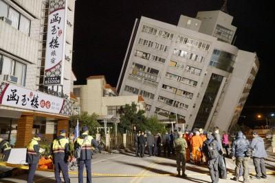 商校街旅店倒塌,尚有多人被困。
