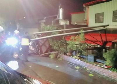 一个储水塔被震倒在路上,警消前往处理。