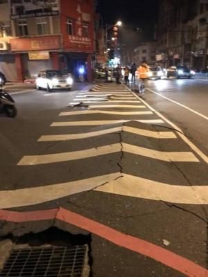 路面被震至裂开。