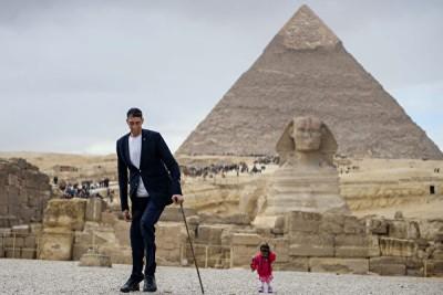 世界高男子高森(Sultan Kosen)同世风最矮女子阿姆奇(Jyoti Amge)当埃及合照。