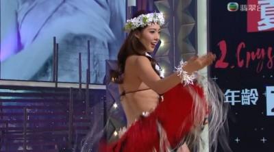 杨筑晶大跳草裙舞。