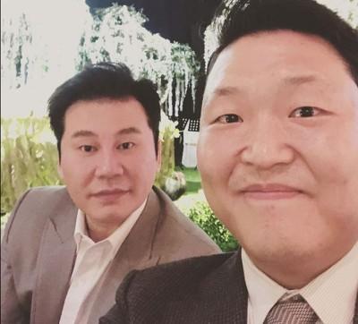 """YG娱乐""老板梁铉锡(左)与PSY合影。"