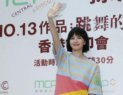 孙燕姿穿得一身宽松,挺着孕肚到香港会歌迷。