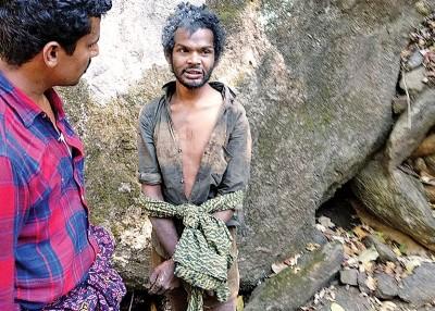 马胡(右)被村民指偷东西,并遭私刑殴打。