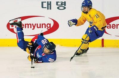 (上图)代表团将张韩朝女士冰球联队与瑞士的交锋。