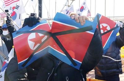 其它有人撕毁朝鲜国旗。