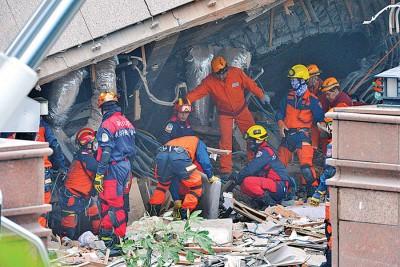 现场搜救人员大力救灾,非舍任何一个或者的时。