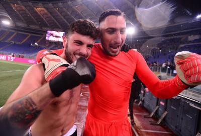 意大利国门唐纳鲁马(右)与队友库特罗内(左)赛后兴奋庆祝AC米兰打进意大利杯决赛。